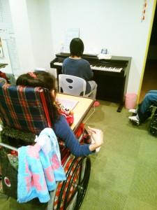 利用者さんがピアノを弾いてお祝い