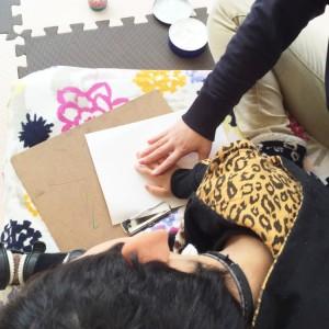 画用紙にハンドクリームを塗った手のひらをのせると