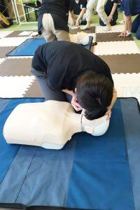 30回心臓マッサージの後2回人工呼吸