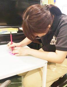 岡嶋さんが何か書いている・・・