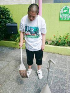玄関前の掃き掃除
