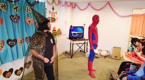 THEハロウィン仮装で司会者が登場